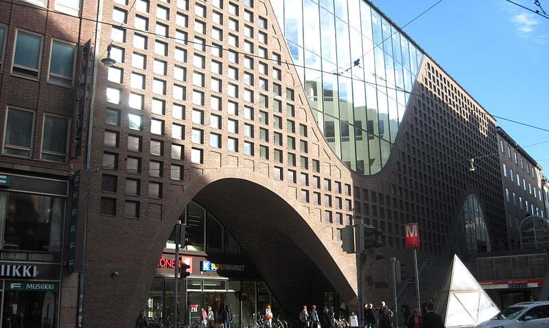 Kaisa-talon julkisivu Kaisaniemenkadun puolelta. Vuonna 2012 valmistuneen rakennuksen suunnitteli Anttinen Oiva Arkkitehdit Oy.