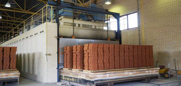 Poltettuja tiiliä tehtaalla
